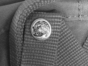 broche falso kanken 300x225 - Mochila Kanken: ¿como distinguir original o falsa?