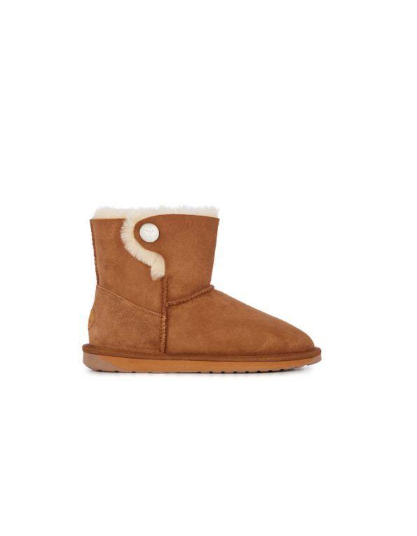 Botas Emu modelo Ore, forradas interiormente con lana de merino, con detalle de botón lateral. Tiene la caña un poco más baja que el modelo clásico. Color chesnut