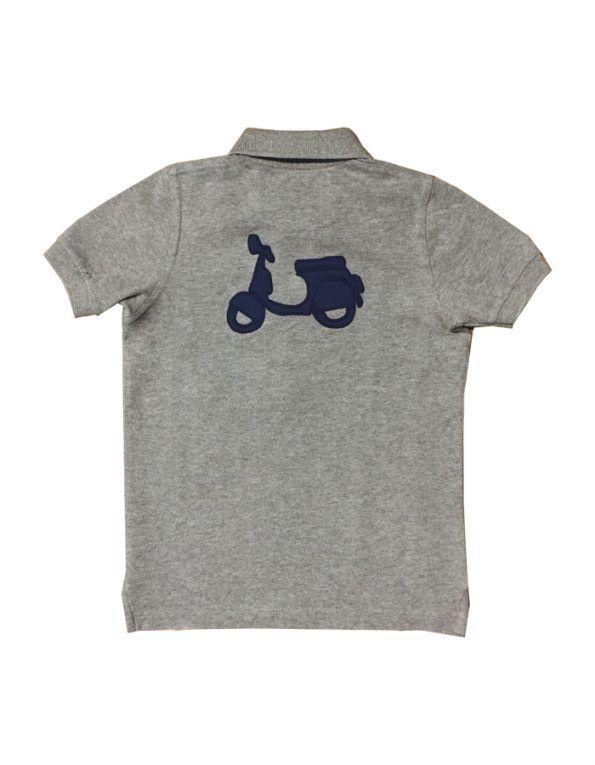 Polo Scotta confeccionado en tejido de algodón color gris, de manga corta, con logo delantero y trasero bordados en azul marino.