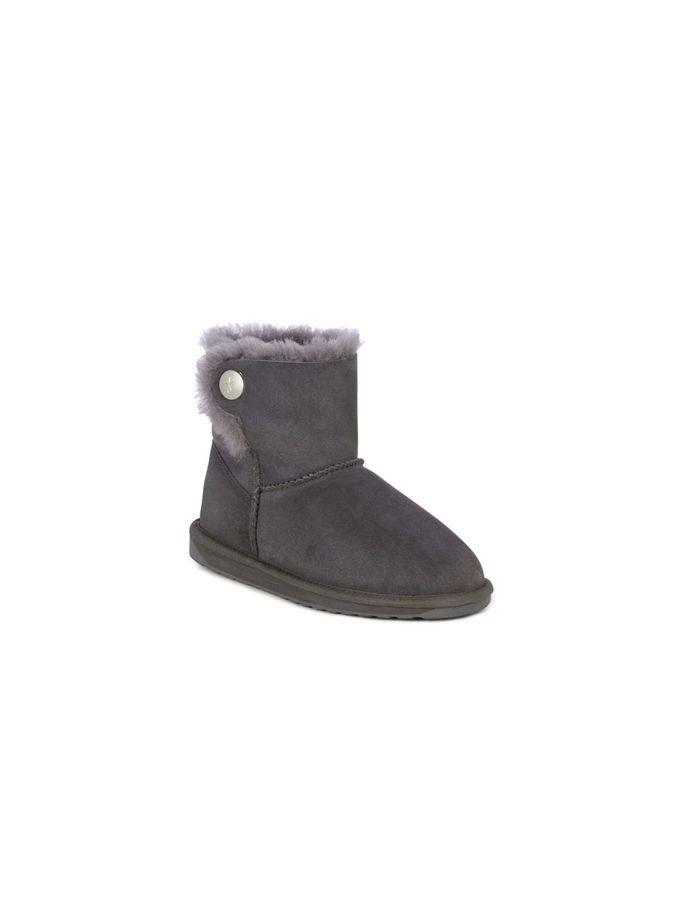 Botas Emu modelo Ore, forradas interiormente con lana de merino, con detalle de botón lateral. Resistentes al agua. Color gris