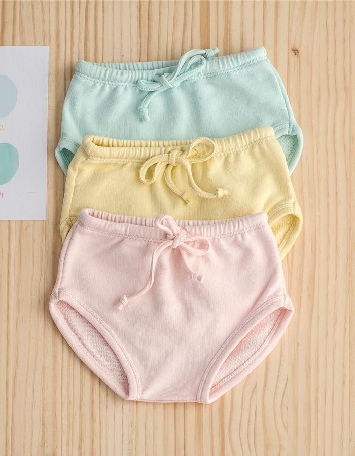 Culotte jogging Mi Canesú amarillo pastel confeccionado en tejido de algodón tipo toalla. Con detalle de elástico por toda la cintura y cordón corredero.