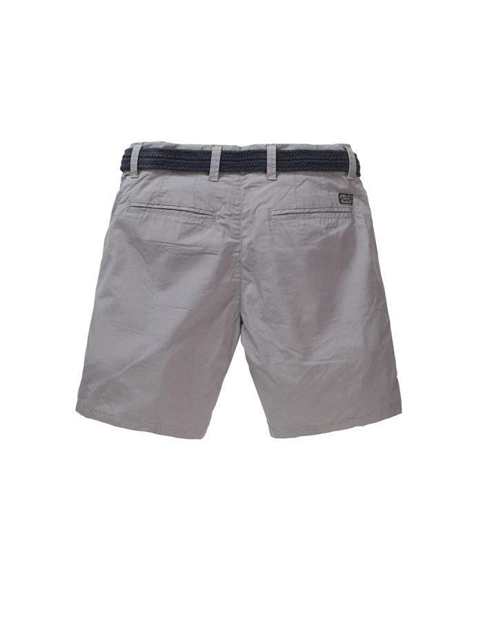 Bermuda Petrol Industries con corte pitillo, en tejido tipo chino color gris. Incluye cinturón.